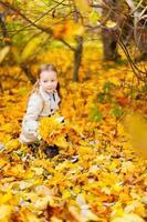 petite fille à l'extérieur le jour de l'automne