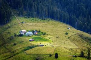 Montagnes carpates. village de montagne sur les pentes vertes dzembronya photo