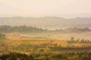 collines dans le brouillard. paysage du matin photo