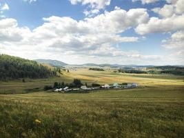 paysage du village dans une vallée entre montagnes photo