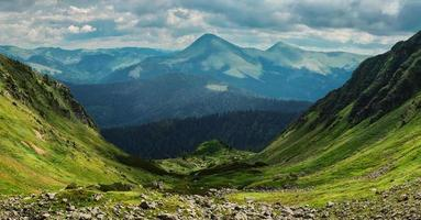 belle vallée de montagne photo