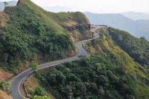 route au milieu des montagnes photo