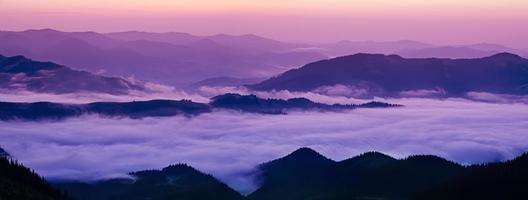lever de soleil brumeux de montagne