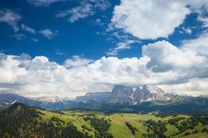 vallée de montagne ensoleillée photo