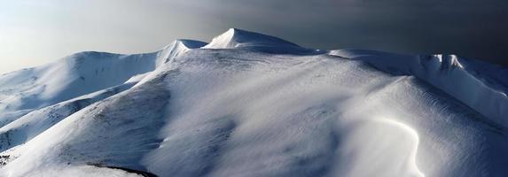 transition des pastels de jour en nuit dans les montagnes d'hiver photo