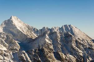 pics blancs sur la crête dans les hautes montagnes photo