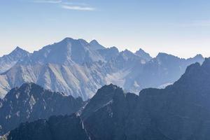 les sommets des montagnes le matin photo