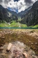 magnifique lac dans les montagnes en été photo