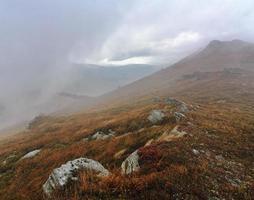 montagnes des Carpates dans les nuages photo