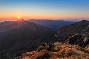 Lever du soleil sur les montagnes fagaras, carpates du sud photo