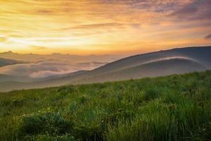 lever de soleil de montagne enfumée colorée photo