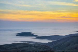 brouillard sur la montagne photo