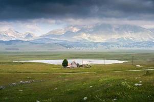 petit lac et montagne photo