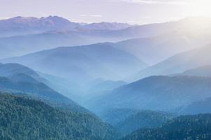lever du soleil au-dessus des montagnes.