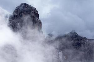 brouillard dans les montagnes photo