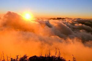 montagne fasipan avec brouillard photo