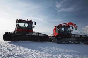chasse-neige dans les montagnes photo