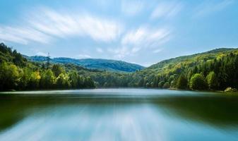 lac entre la montagne