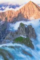 brouillard roulant sur les montagnes photo
