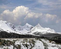 Promenade des glaciers des montagnes par beau jour nuageux photo