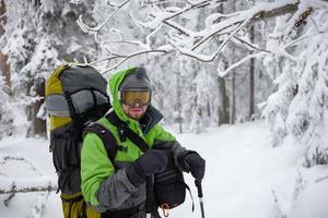 randonneur homme pose dans les montagnes d'hiver photo