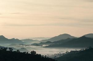 lever du soleil sur la montagne. photo