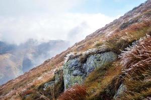 givre au sommet de la montagne volovec, tatras photo