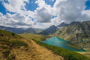 sentier de randonnée devant le lac photo