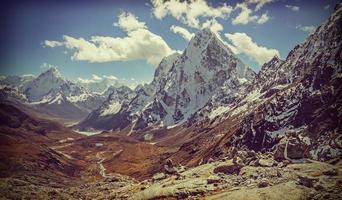 photo filtrée vintage rétro du paysage des montagnes de l'Himalaya,