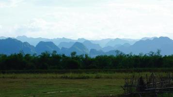Mer de collines dans le parc national de phong nha, vietnam photo
