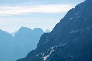 pics de dolomite, montagnes et horizon bleu en itally photo