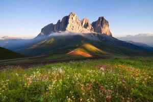 sommets de montagnes sassolungo au lever du soleil photo