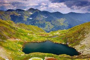 lac capra depuis les montagnes de fagaras photo