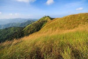 sommet de la montagne et ciel bleu photo