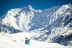 Portrait de réussite de femme sur le sommet de la montagne photo