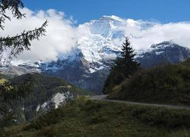 vues spectaculaires sur les montagnes autour de Mürren (Berner Oberland, Suisse) photo