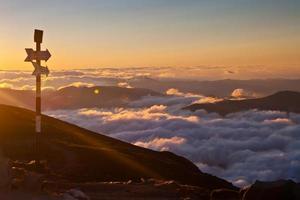 pic et coucher de soleil omu, montagnes de bucegi, carpates, roumanie photo