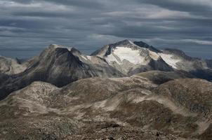 Terrain de montagne rocheux et spectaculaire, Norvège photo