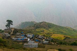 Village de montagne de l'Himalaya entre le Tibet et le Népal photo