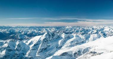 Les sommets des montagnes enneigées dans le Tyrol froid en Autriche en hiver photo