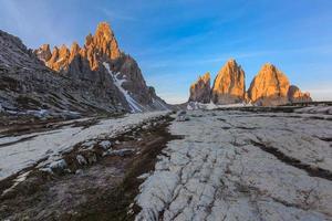 Tre cime di lavaredo au lever du soleil, alpes dolomitiques, italie