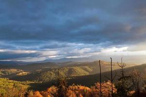 coucher de soleil dans les montagnes des Carpates photo