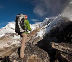 randonnée dans les montagnes de l'Himalaya photo