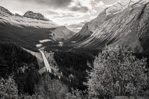 autoroute dans les montagnes canadiennes photo