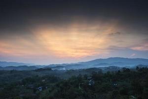village, montagnes et brouillard.