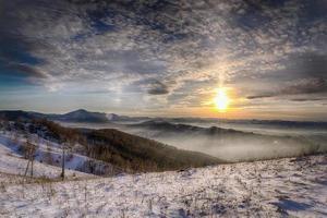 soleil dans les montagnes photo