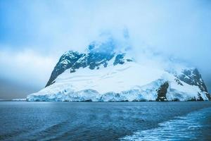 belles montagnes enneigées photo