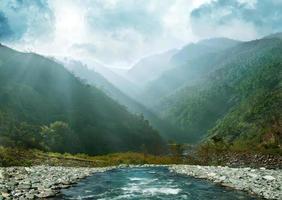chaînes de montagnes dans la brume photo