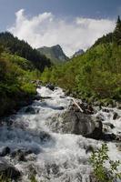 ruisseau dans les montagnes kaçkar