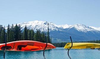 kayaks dans les montagnes. photo
